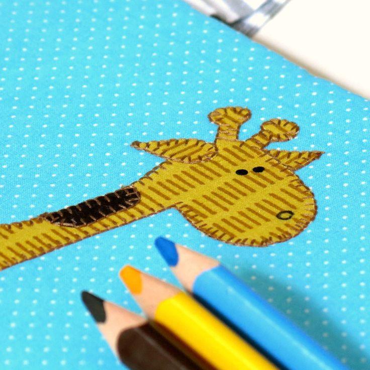 Namaluj+mi+žirafu.....+Pastelkovník+-+cestovní+kreslící+sada++Ideální+balení+bloku+a+pastelek+na+cesty.+Vejde+se+sem+blok+velikosti+A5+a+malá+sada+pastelek.+Díky+ouškám,+která+padnou+akorát+do+dětské+ručičky+si+může+dítko+malovátka+vláčet+sebou+téměř+všude.+Můžete+tak+dětem+ukrátit+nejen+jízdu+v+autě,+ale+i+čekání+v+restauraci,+u+lékaře,+nebo+na+vlak....