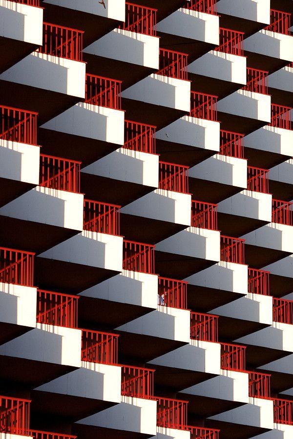 (Balconies by Ville Hyhkö)Bonitos balcones fabricados con tubo de acero soldado y pintados en rojo, perfecta combinación