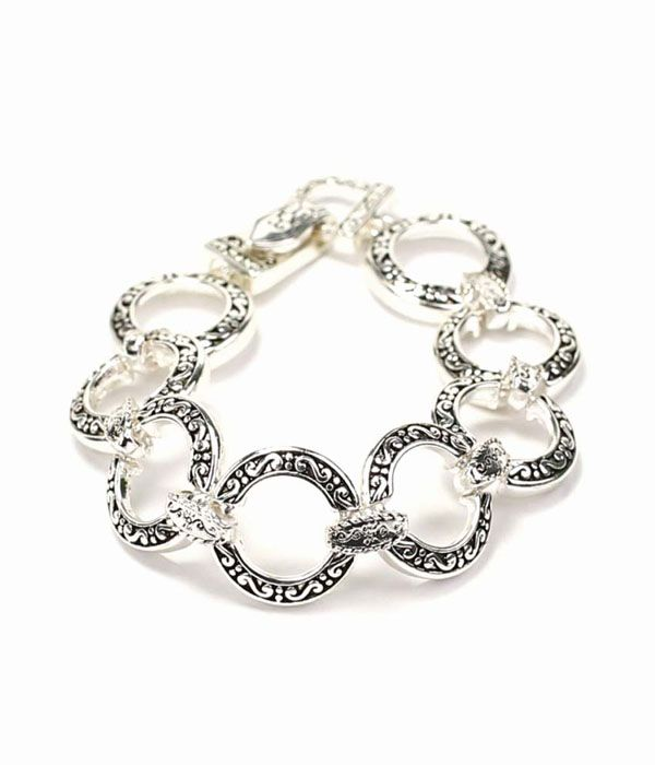 SARA FLORID O-LINK CHAIN BRACELET  When tradition is a necessity. The classic O-link gets a florid refurbishment in the Sara bracelet. Featuring etched ornate detailing in cast silver. A staple for everyday and anywhere.