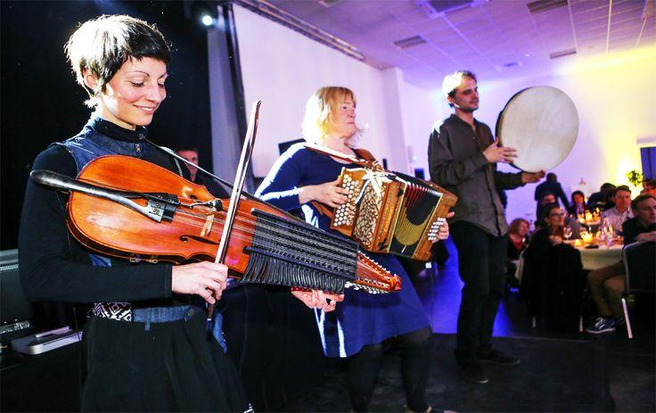 Musique d'ailleurs : Venez vous immerger dans la culture Suédoise grâce à un orchestre typique et ses instruments traditionnels tels que le' Nyckelharpa'.