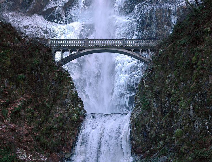 Multnomah Falls es una cascada situada en el lado de Oregón de la garganta del río Columbia, al este de Troutdale, entre Corbett y Dodson, y es la cascada más alta del Estado de Oregón.