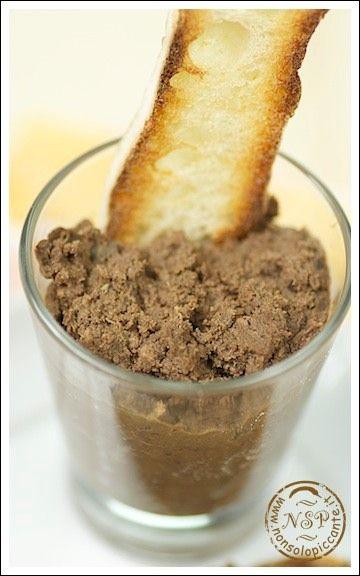 Ricetta crostini neri toscani, a base di fegato di pollo e milza.