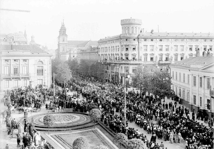 Pogrzeb Bolesława Prusa. 1912 r. Kondukt żałobny na Krakowskim Przedmieściu.Dom Beyera na rogu Królewskiej.