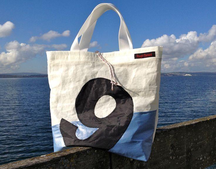 Maritimer Stil: Lässige Segel-Tasche aus recyceltem Segeltuch bei http://RoughElement.dawanda.de