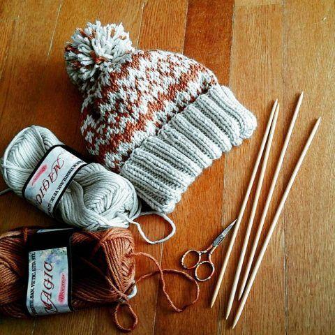 棒針編みで編む、編み込み模様が素敵なニット帽の編み方と無料編み図などをご紹介します。毛糸で絵を描くように編み物を楽しむ編み込みは、基本さえわかれば意外と簡単なんですよ♪