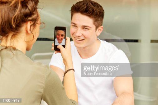 Foto de stock : Teens girl taking a photo of friend on smart phone