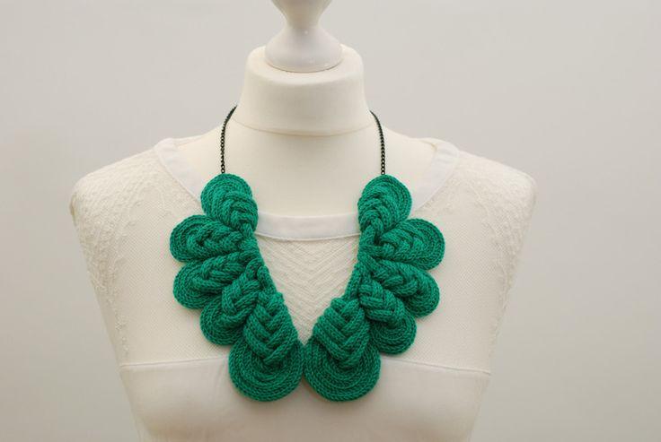 Stoffketten - Gestrickte Halskette BIG PEACOCK LOVE - Emerald - ein Designerstück von byzorra bei DaWanda