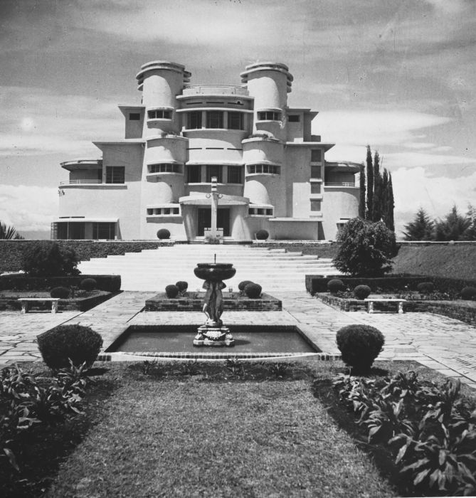decoarchitecture:    Villa Isola, Bandung, West Java, Indonesiavia archimaps  Pretty bit of work!