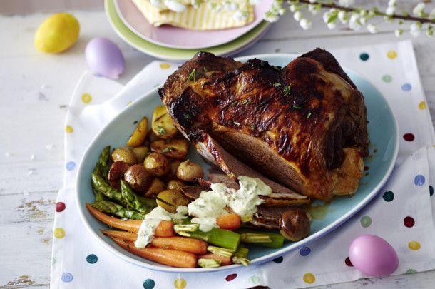 Unser beliebtes Rezept für Lammkeule mit Gemüse vom Blech und cremigem Kräuterbuttersößchen und mehr als 55.000 weitere kostenlose Rezepte auf LECKER.de.