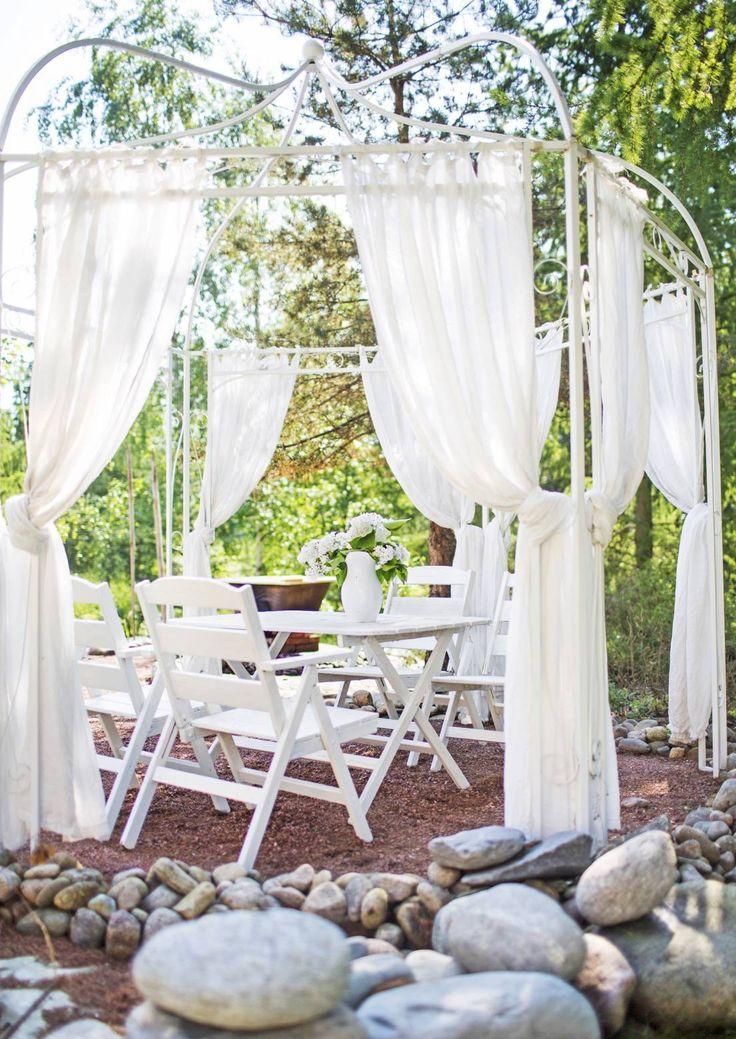 Huvimaja voi olla olla puinen paviljonki, iso leikkimökki, valmiina ostettu metallikehikko tai verhoilla tuunattu terassi. Katso inspiroivat kuvat!