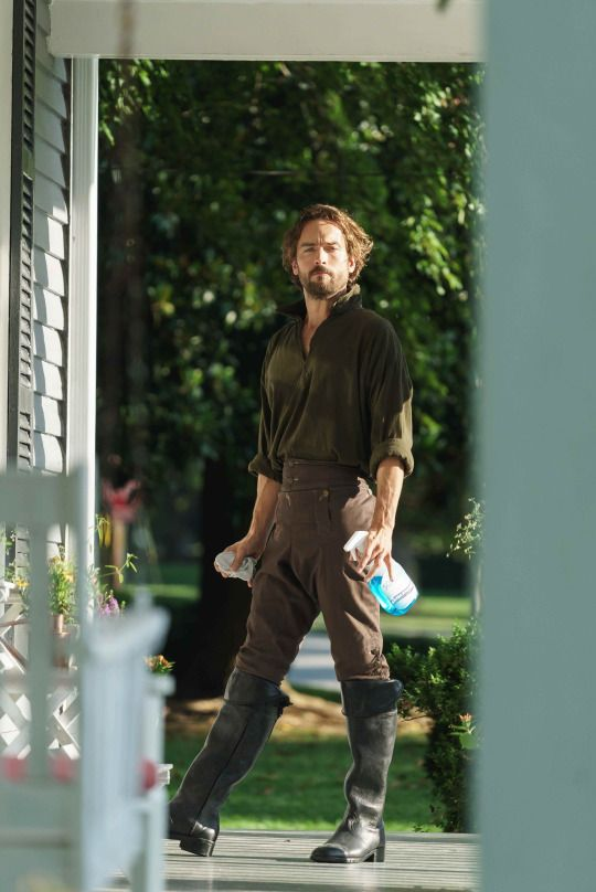 Sleepy Hollow - 3x02 Whispers In The Dark - Crane, you can come clean my place any time you like! - Tom Mison