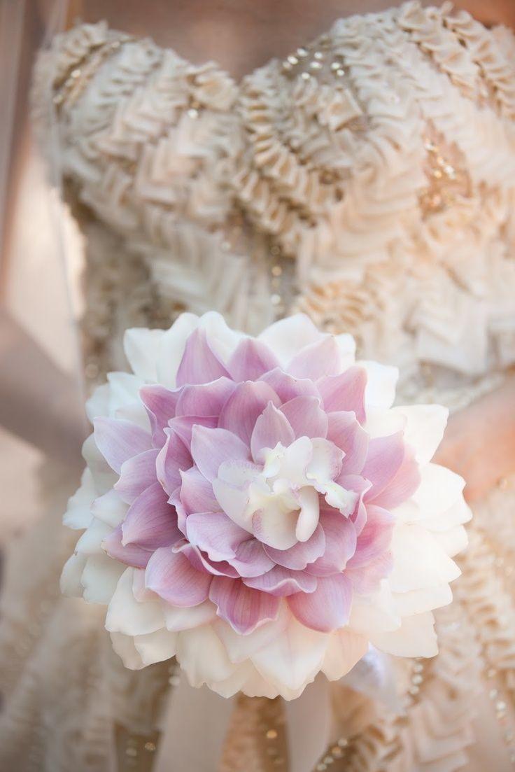 Ramo de novia formado por pétalos de orquídeas blancas y lilas