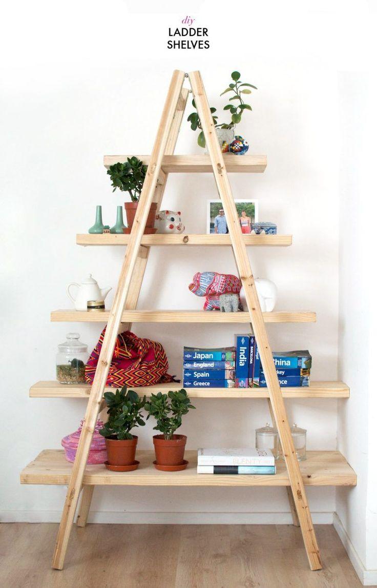 Escalera de madera convertida en estantería