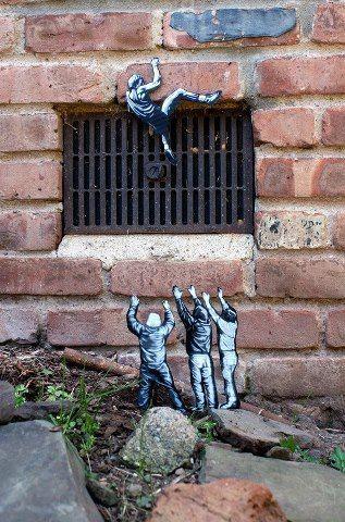 """""""Looking up"""" de Joe Iurato. Les sujets sont découpés dans du bois et peints à la bombe.:"""