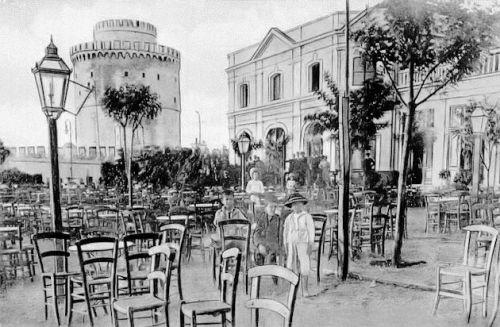 Ο κήπος του Λευκού Πύργου.  Ένας χώρος γεμάτος από καφενεία και θέατρα που κτίσθηκε το 1906 για λογαριασμό του σουλτάνου Αμπντούλ Χαμίτ και είχε αυτή τη μορφή μέχρι το 1912. Φωτογραφία/καρτ ποστάλ ισχυρά ρετουσαρισμένη από το αρχείο Γ. Μέγα