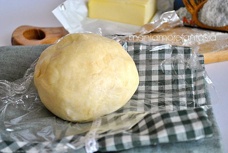 La pasta brisée insieme alla pasta sfoglia è la base di partenza per la preparazioni di torte salate e quiches. Cliccate sul link e salvatevi la ricetta.