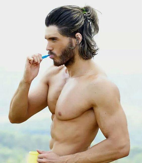 Peinados que los chicos con cabello largo se deberían hacer