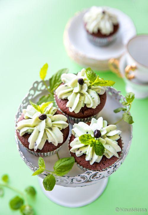 Minttusuklaamuffinsit  Suklaisen muffinssitaikinan sisälle on piilotettu minttusydän, joka paljastuu vasta syödessä. Mintturahka toimii loistavasti myös pursotuksessa! Tämän helpompaa ei muffinssien koristelu voi olla.