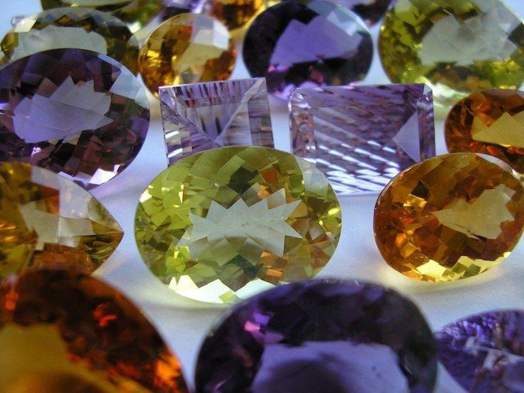 Alt om sten & krystaller. Hvilke lykkesten og krystaller passer med dit stjernetegn - læs mere om ædelsten, krystaller og deres egenskaber og betydning i forhold til stjernetegn.