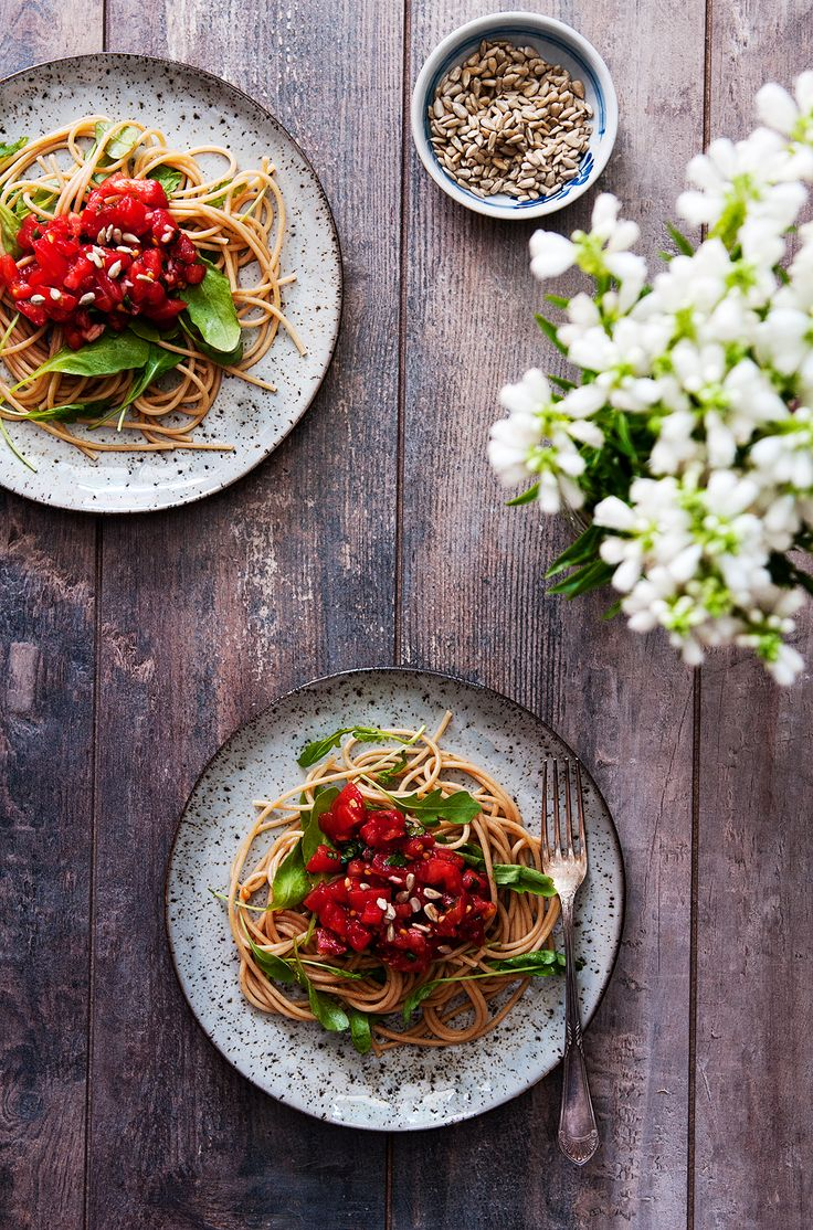 whole grain pasta with fresh tomatoes sauce