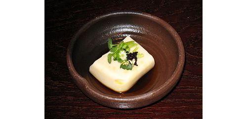 Il tofu, tipico formaggio vegetale ottenuto dalla soia dal sapore delicato e privo di colesteroloe ricchissimo di proteine si può preparare anche a casa. Nel link è spiegato come fare, a tutto vantaggio della salute... http://www.macrolibrarsi.it/speciali/tutti-i-passaggi-per-un-ottimo-tofu-fatto-in-casa.php?pn=3148
