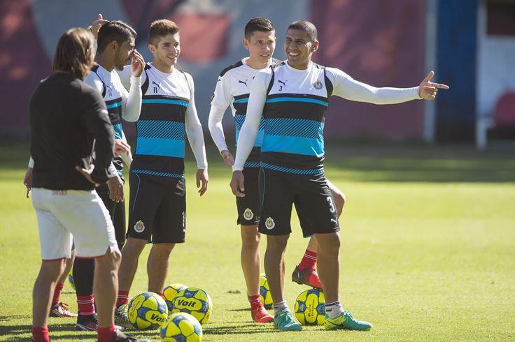 ALMEYDA PLATICÓ CON CALDERÓN Y SALCIDO Lo que menos desea el técnico de Chivas es que el jugador que no tiene actividad con el primer equipo caiga en desánimo o desconfianza.