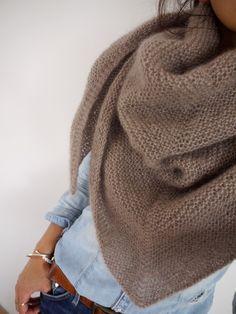 Avec lien vers le tuto pour tricoter un châle en triangle.  Depuis le temps que je me demandais comment faire cette ligne au milieu d'un châle....