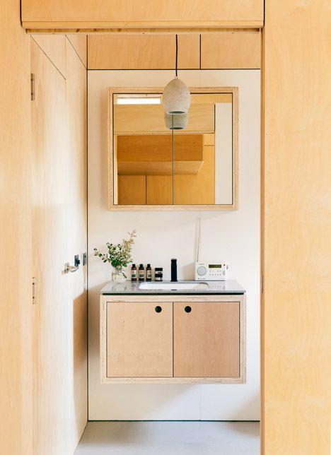 Wow, dit huis wekt meer energie dan het verbruikt - Roomed | roomed.nl Lots of plywood in a bathroom