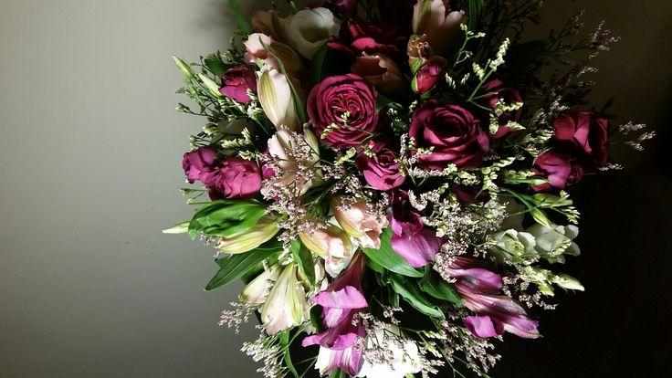 # prosty bukiet # pachnący bukiet #róże gałązkowe #biała eustoma #alstomeria różowa # alsromeria fiolerowa # homemade # bouquet # DYI # długo wytrzyma # wedding bouquete # bukiet ślubny# fioletowe kwiaty # bordowe kwiaty #