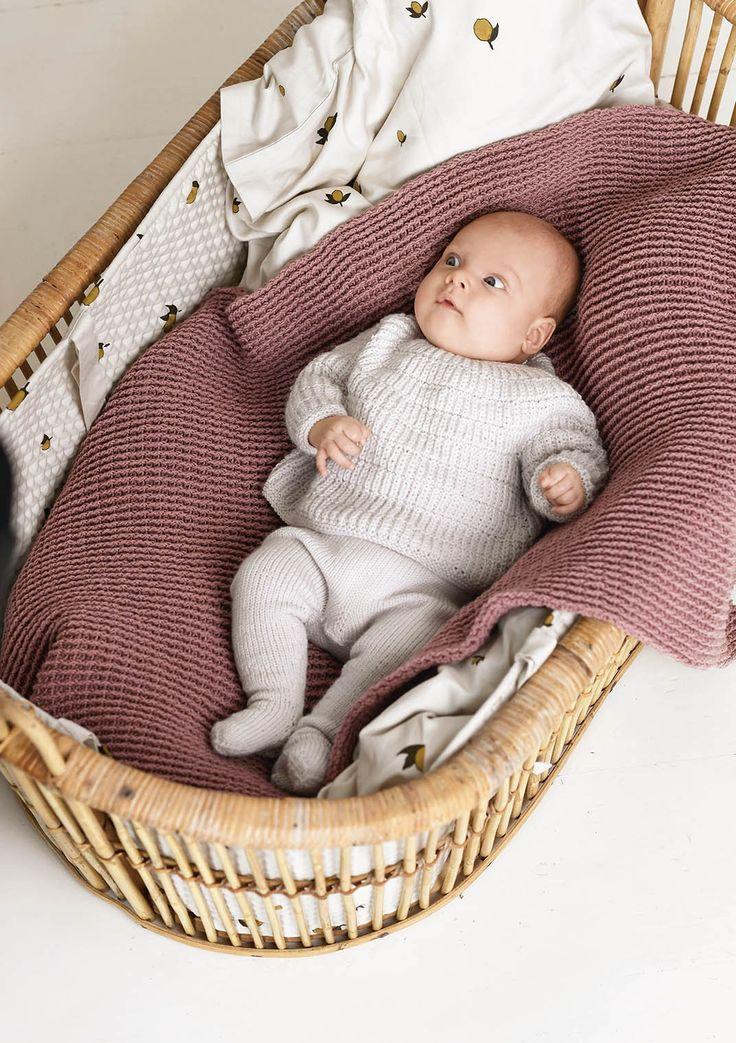 August genser, kyse og strømpebukse  Hefte 1719, design Nr. 9cde - genser, kyse og strømpebukse, strikket i Babyull lanett