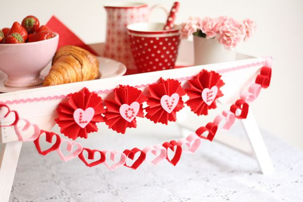Een ontbijtje op bed of diner bij kaarslicht wordt extra feestelijk met deze vrolijke valentijnsslingers. Kijk voor gratis werkbeschrijving op CraftKitchen.nl.