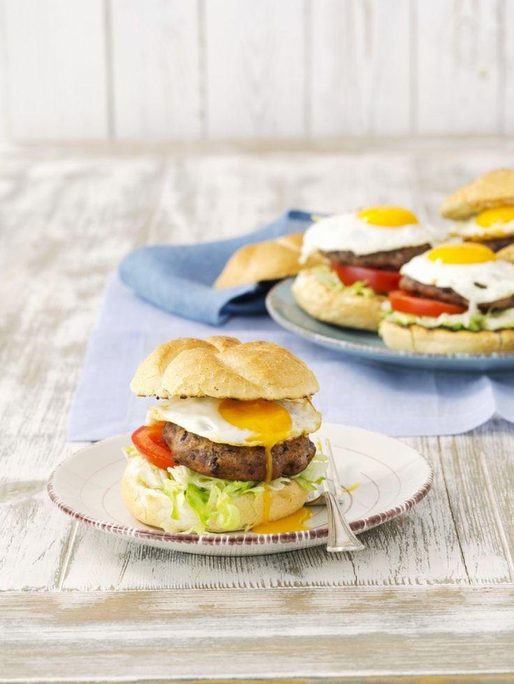 Бургер с яйцом   Ингредиенты на 4 порции:   4 ч. л. кетчупа;  1 зубчик чеснока;  2 ч. л. лимонного сока;  2 ст. л. соевого соуса;  2 ч. л. горчицы;  500 г говяжьего фарша;  1 ст. л. панировочных сухарей;  1/4 ч. л. соли; щепотка свежемолотого перца;  4 булочки; 4 яйца;  4 кружочка томата;  1 ст. л. подсолнечного масла;  горсть зеленого листового салата.   Как приготовить:   Смешайте тертый чеснок, лимонный сок, соевый соус, горчицу, соль, перец и панировочные сухари. Тщательно взбейте смесь…
