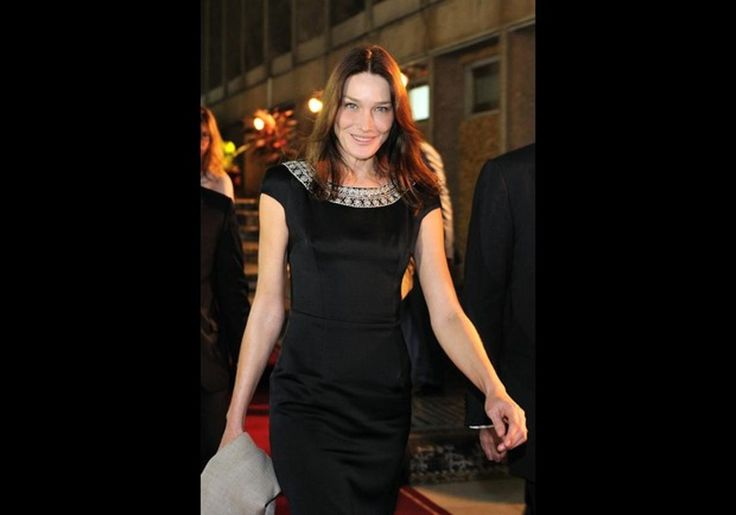 French First Lady Carla Bruni-Sarkozy leaves the presidential palace after her meeting with Benin President Thomas Yayi Boni on January 26, 2010 at the Presidential palace in Cotonou. Carla Bruni-Sarkozy is on a two day visit dedicated to the fight against the HIV-Aids virus.