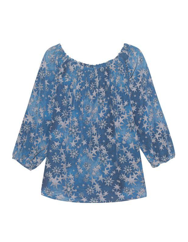 Off-Shoulder Seidenbluse Gerade geschnittene blaue Bluse aus leichtem Seiden-Stretch mit Sternen-Muster, weitem gerafften Off-Shoulder-Ausschnitt und 3/4-langen Ärmeln.  Verspieltes und extravagantes Statement-Piece!