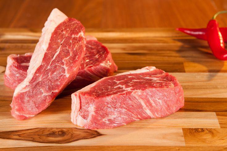 MAMINHA STEAK FEED - Trata-se de um bife alto (um pouco menor que um bife de chorizo), com uma camada de gordura sutil que o ladeia. A Maminha Steak Feed é obtida do traseiro do boi, mais especificamente da maminha, localizada no fim da peça inteira da alcatra, próxima à ponta da agulha.  Tem fibras claras, marmoreio sutil, e sabor delicado e suave. Ao mesmo tempo, é um bife extremamente macio e suculento. http://www.feed.com.br/categoria-produtos/maminha-steak-feed/