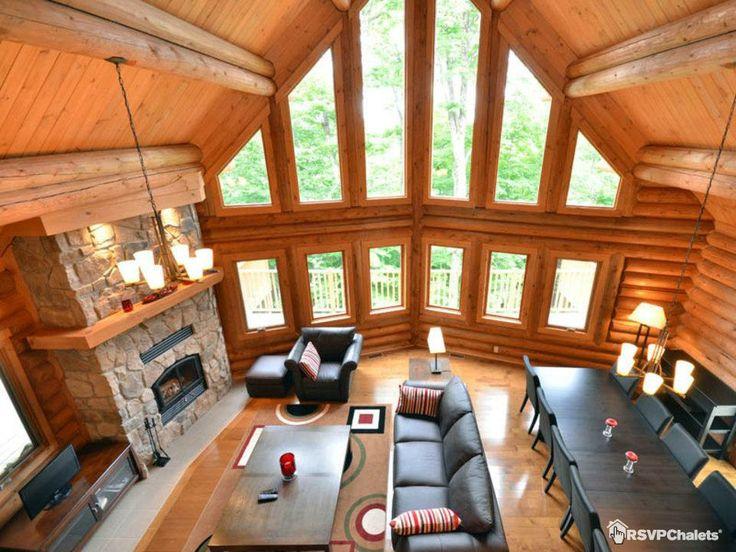 """Le chalet """"Martine"""" à Mont-Tremblant, une idée de la chaleur qu'apportent les chalets de bois rond. #cosy #cottage"""