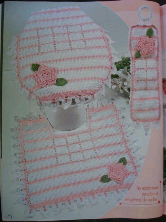 El detalle de este juego de baño está en la flor de crochet