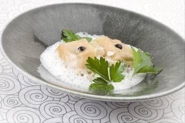 Raviole de foie gras à l'huile de truffe blanche, fondue de poireaux et bouillon de volaille crémé, les recettes de nos chefs