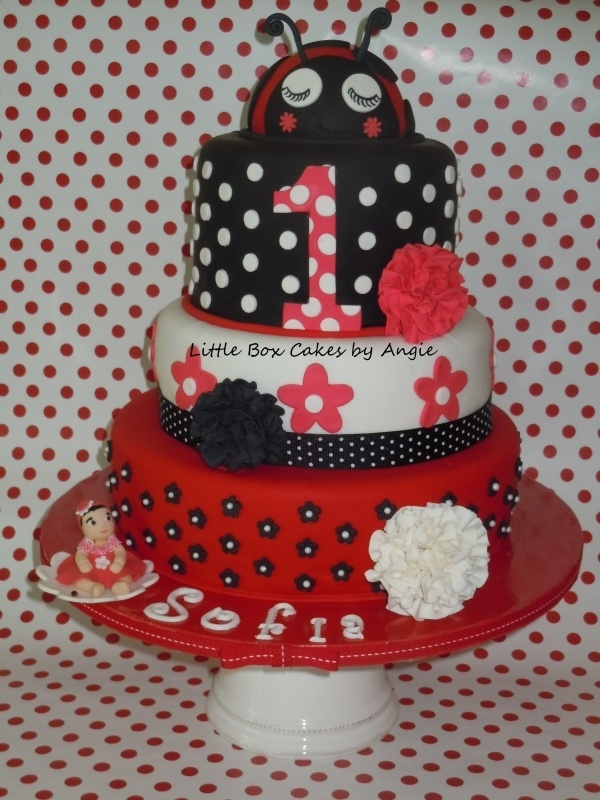 Adorable ladybug cake!! Will do something like this when I have a lil girl.