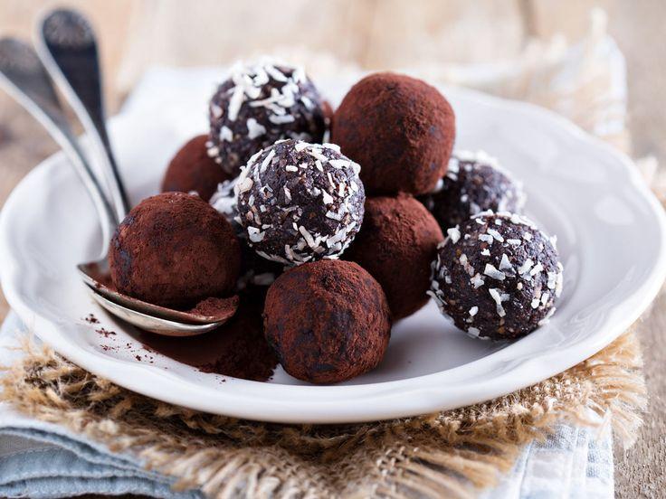 Gesund naschen: Unser Rezept für Dattel-Pralinen besteht aus süßen Datteln, die fein püriert und mit zuckerfreiem Kakao verfeinert werden.
