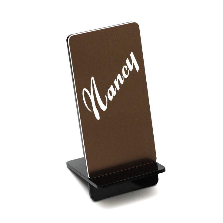 Base personalizada con una foto en metacrilato y acrílico impactado bicolor para el teléfono móvil que se puede colocar sobre una mesa, un escritorio, una mesita de noche, para cargar el teléfono.