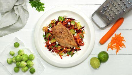 Saftig, norsk kyllingfilet på sitt beste, servert med salat av gode rotgrønnsaker. Det slår aldri feil! Ingefær, rosenkål og fetaost gjør salaten ekstra spennende, og gir en frisk og deilig smak.