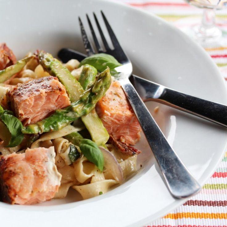 En deilig pastarett med krydret laks, knasende sprø grønnsaker og smak av sommer.