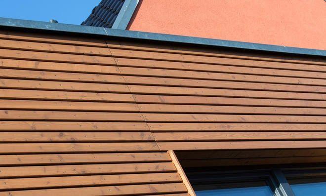 Wasserspielen Im Garten Ein Echter Optischer Zugewinn Dann Erkennt Man Das Zugenagelte Fenster Welches Sich So Langsam In Holzfassade Fassade Holzverschalung