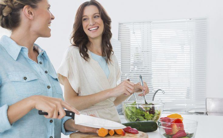Verse groenten, vitamines, vezels: een goede maaltijdsalade heeft 't allemaal. En zo'n salade is ook nog lekker fris en snel klaar. Het zit 'm in de vijf belangrijkste ingrediënten. Met vier zomerse recepten.