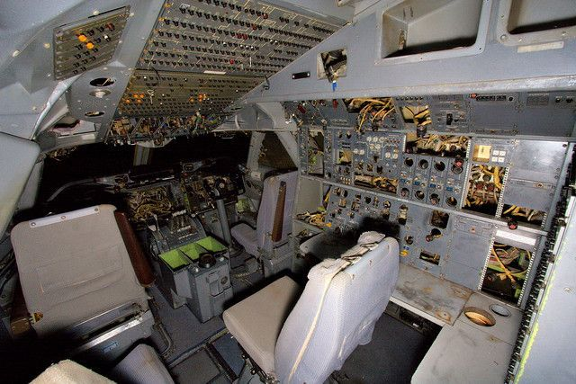 abandoned-747-SX-OAB-flight-deck