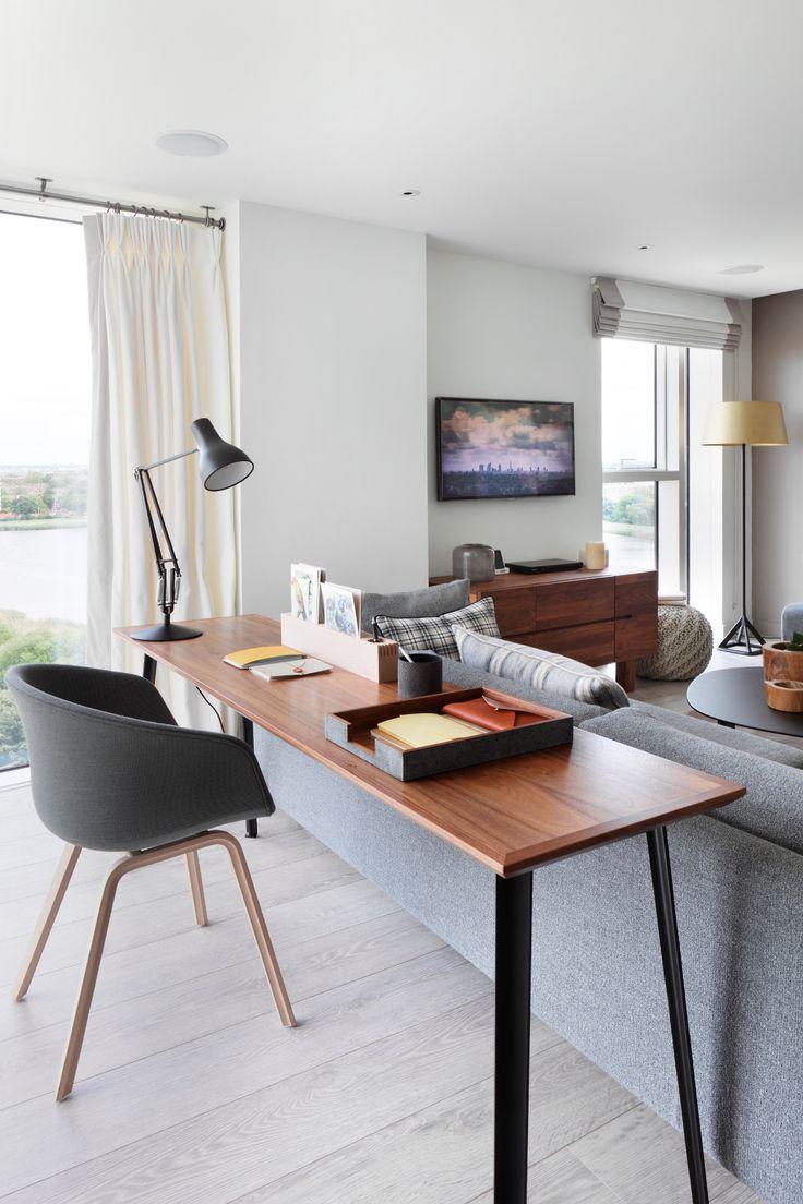 Aproveite a área atrás do sofá para colocar uma mesa estreita e uma cadeira adaptável e ganhe um escritório prático