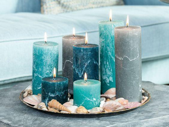 Un plat garni de bougies dans un camaïeu de bleus.