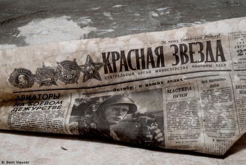 Wandzeitung - Zeitungswand: In den Kasernen wurden oft russische Zeitungen unter den Tapeten angebracht, die nun allmählich abfallen.