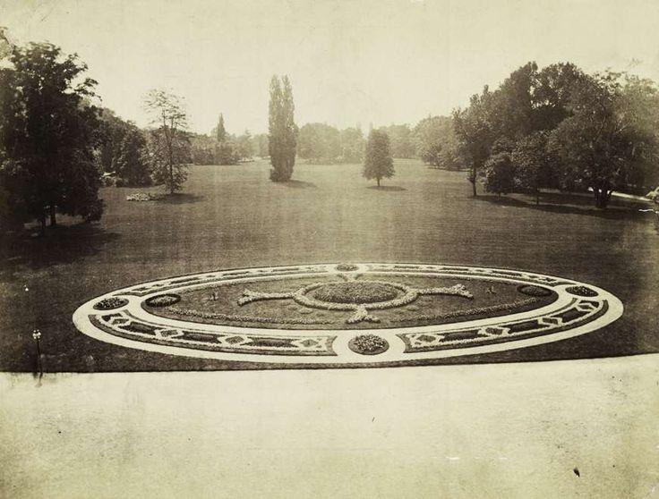 díszes parkrészlet a Margit-fürdő előtt. A felvétel 1880-1890 között készült. A kép forrását kérjük így adja meg: Fortepan / Budapest Főváros Levéltára. Levéltári jelzet: HU.BFL.XV.19.d.1.06.033